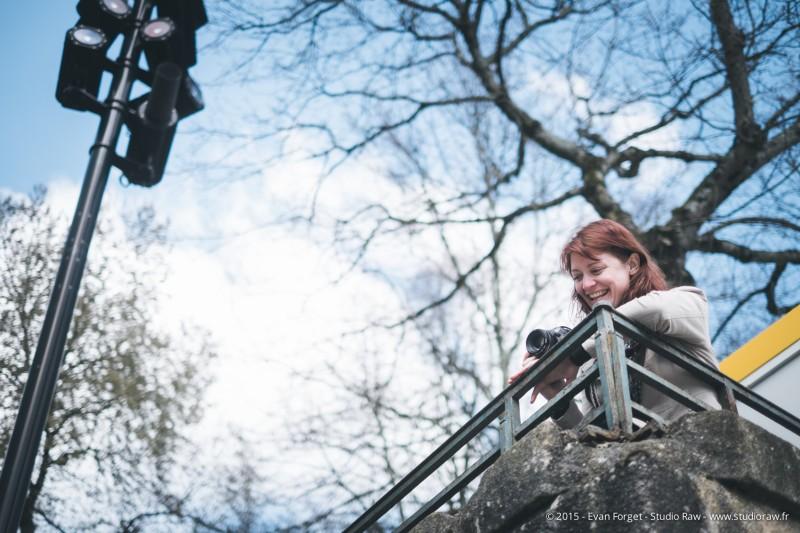 Aurélie, cachée pour photographier Jassem.