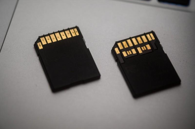 Deux types de cartes SD, dont le nouveau format UHS-II avec deux rangées de picot à droite.